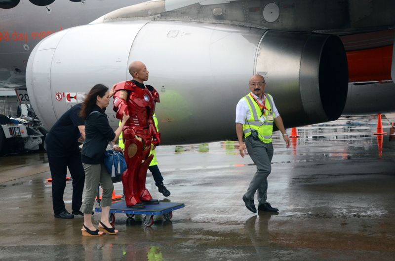 アイアンマンを着用した小峠さんは自力では歩けないため台車で移動