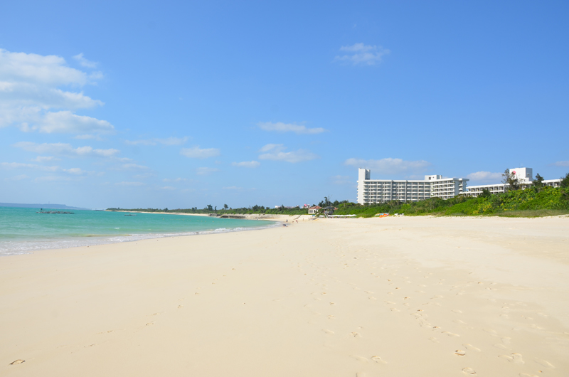与那覇前浜ビーチ周辺にホテルもある