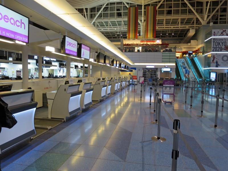 深夜の羽田空港国際線チェックインカウンター。羽田からはソウル・台北・上海の3路線を運航