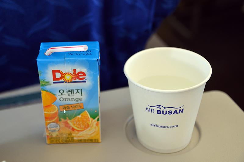 パックのオレンジジュースと水のサービスがあった