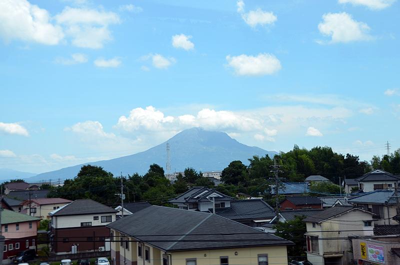 鹿児島市内へ向かう高速道から見た桜島