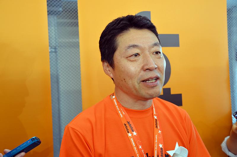マスコミ各社の質問に答えるジェットスター・ジャパンの片岡優代表取締役会長