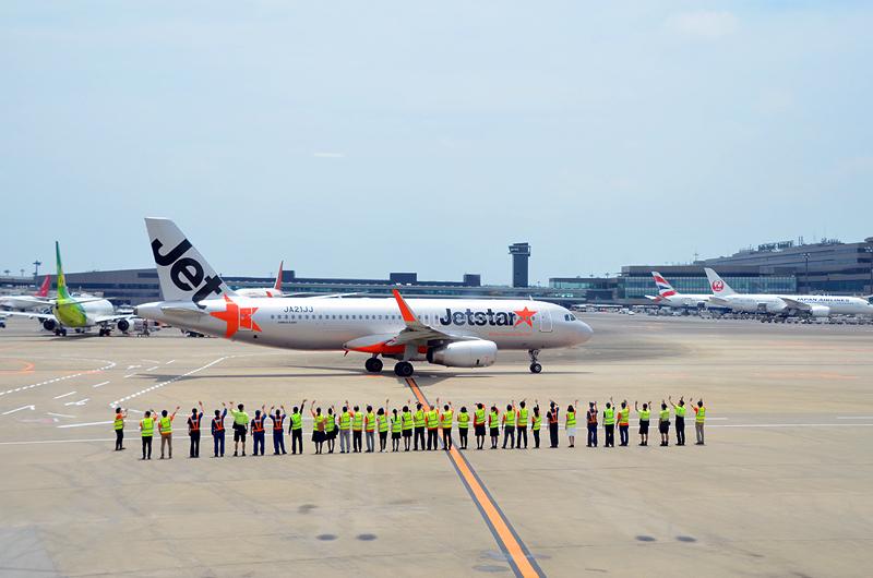 新千歳へ向けて出発する5年前の初便と同じ便名のGK111便を手を振ってお見送り