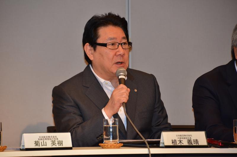 7月12日にJAL本社での社長会見で増便について話すJAL植木義晴社長