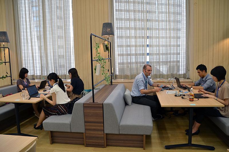 損保ジャパン日本興亜・サテライトオフィス「SOMPOラウンジ」でテレワークをするANA社員