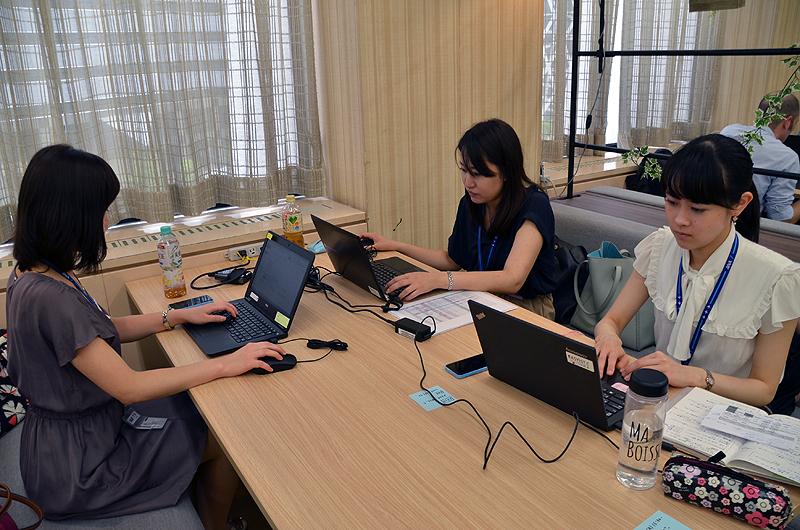 ノートパソコンと携帯電話を使ってサテライトオフィスでも通常業務。電源とWi-Fiも完備している