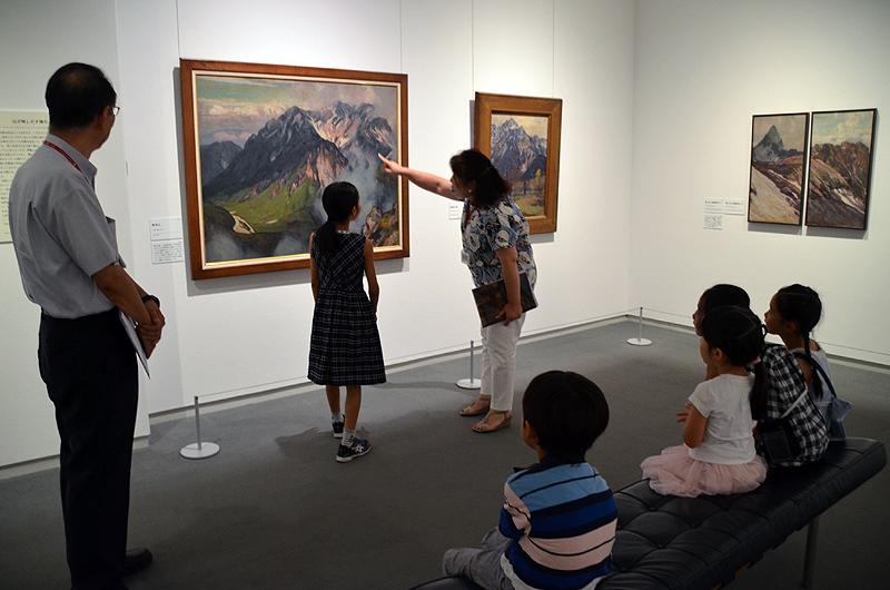 説明員の案内で絵画鑑賞するANA社員のお子様。夏休み最初の思い出となった