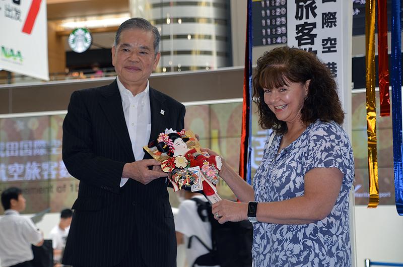 成田国際空港会社からプレゼントされた羽子板