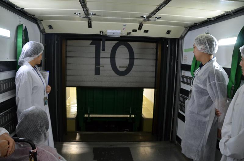 機内食工場見学光景。フードローダー車の体験乗車は参加者からも大好評だった