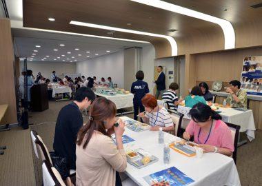 7月29日には、ANAの機内食を製造しているANAC(ANAケータリングサービス)川崎工場では抽選で選ばれた37名が機内食工場見学&2次選挙ノミネート機内食の試食を楽しんだ。