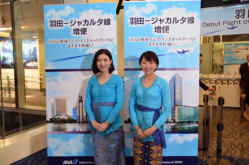 ANAのグランドスタッフが、インドネシアの民族衣装「クバヤ」を着用した