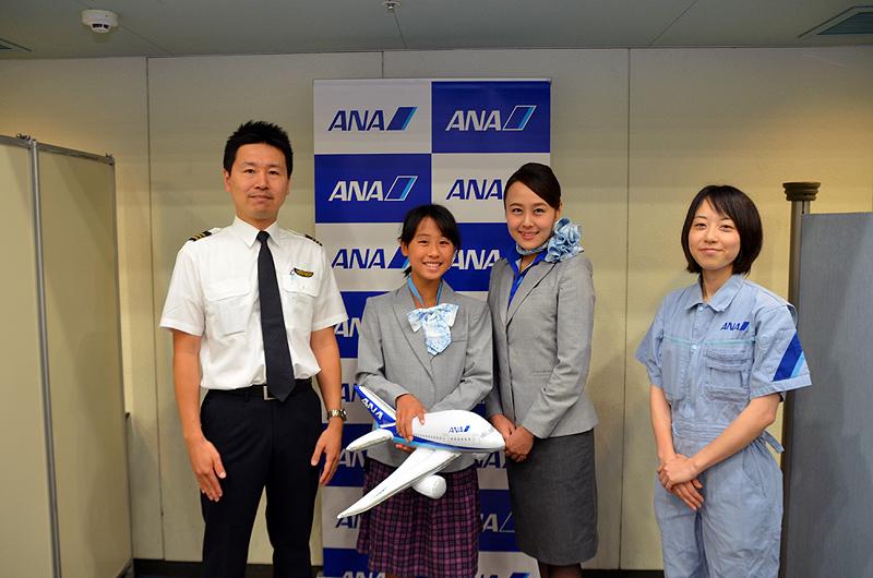 ANAの客室乗務員の制服を着用する参加者