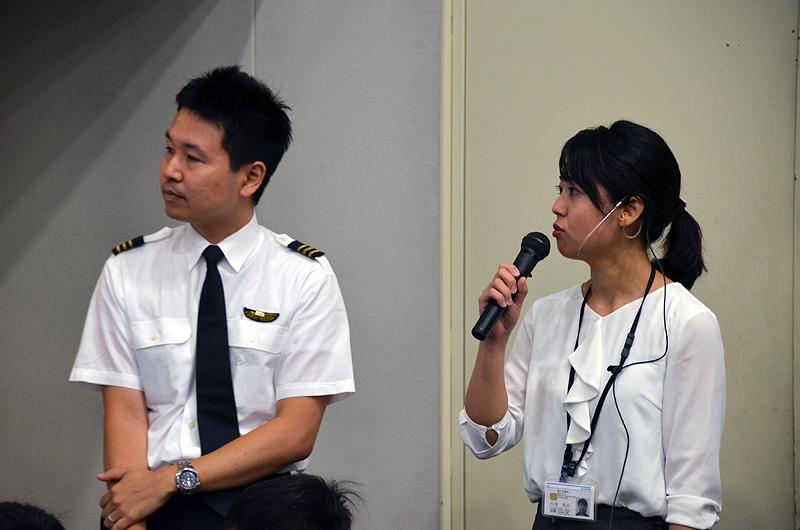 国土交通省の管制官とANAパイロットによる無線での交信を実演