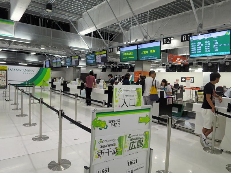 春秋航空日本の成田空港第3ターミナルのチェックインカウンター(チェックインの締め切りは国内線は便出発35分前)