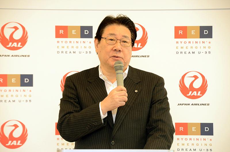 発表会で挨拶するJALの植木義晴社長