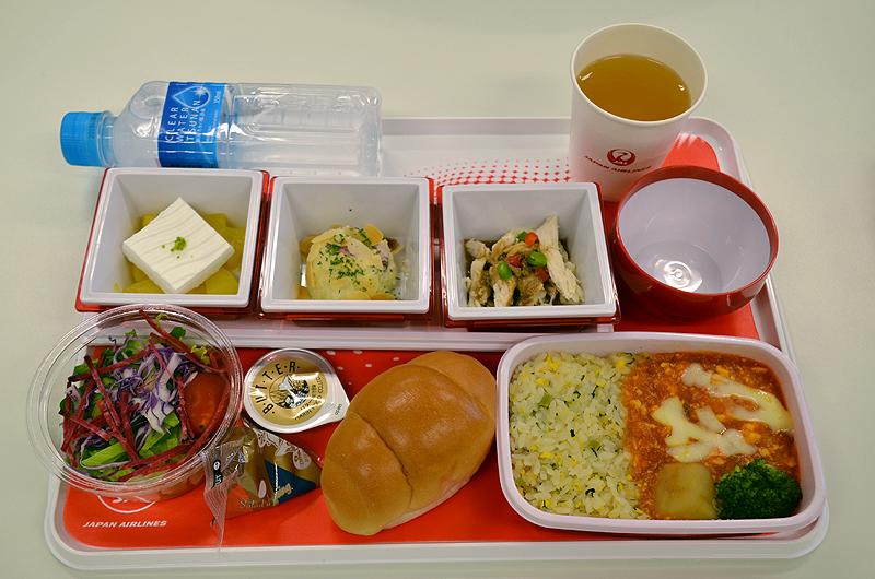 「マイルドエビチリ 翡翠ライス添え」がメインの機内食トレイ