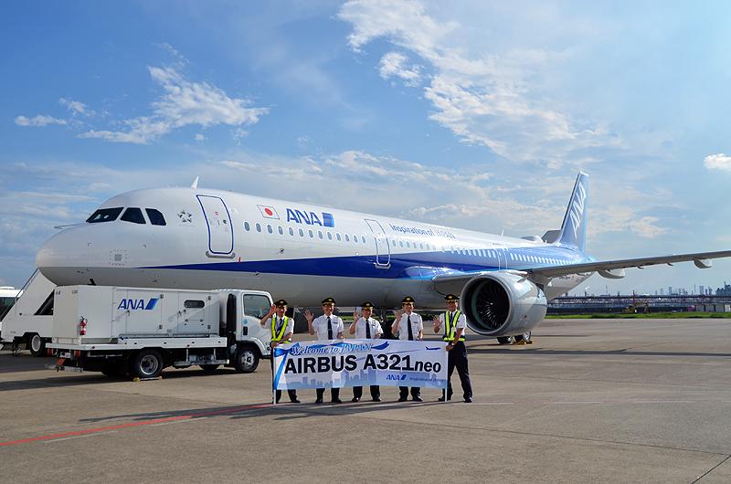 ドイツ・ハンブルクからロシアを経由して到着したA321neoのパイロットが横断幕を持って記念撮影