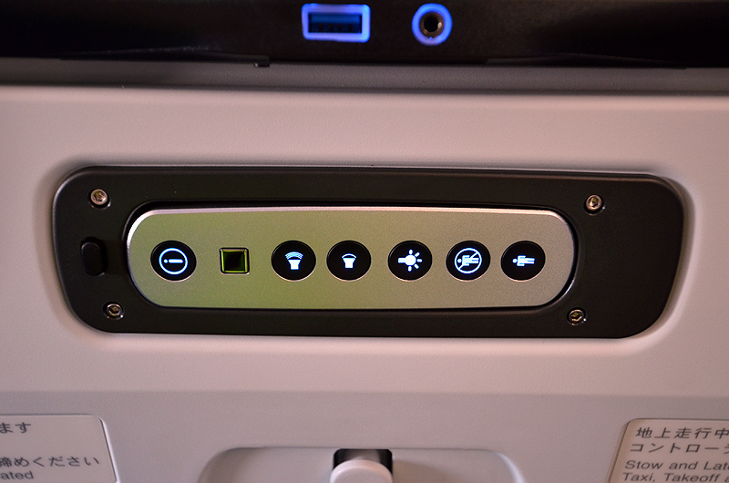 音量調節や読書灯などもシートテレビ下に操作ボタンがある