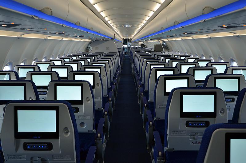 機内最後方から見る普通席