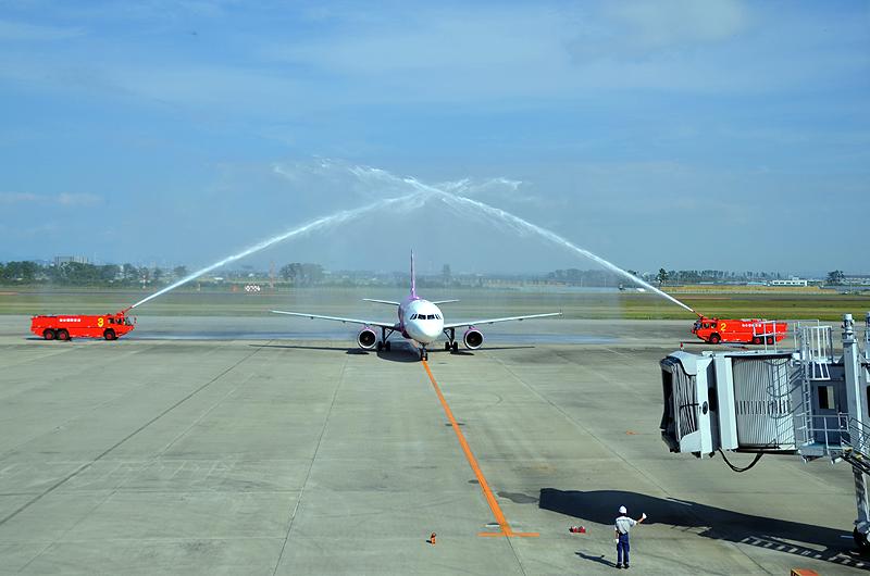 放水アーチでピーチの仙台空港拠点化をお祝い