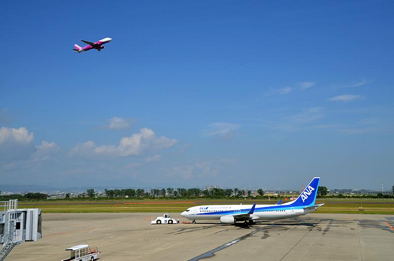仙台空港を離陸する新千歳空港行きのピーチ初便