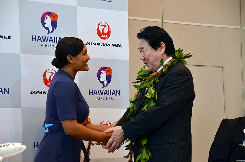 ハワイアン航空の客室乗務員からレイを受け取るJAL植木義晴社長