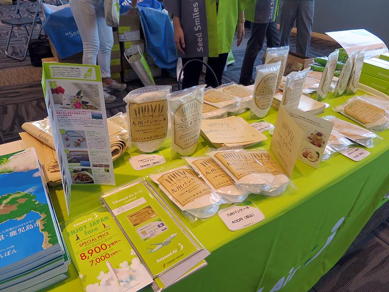 今年5月にソラシドエアの機内販売で大好評だった「九州パンケーキ シークヮーサー」の粉など数種類を販売している