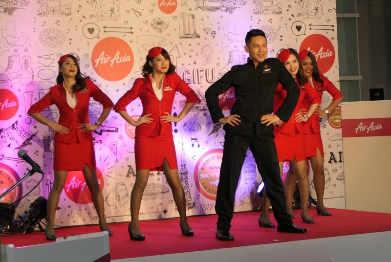 現役客室乗務員らによるダンスを披露