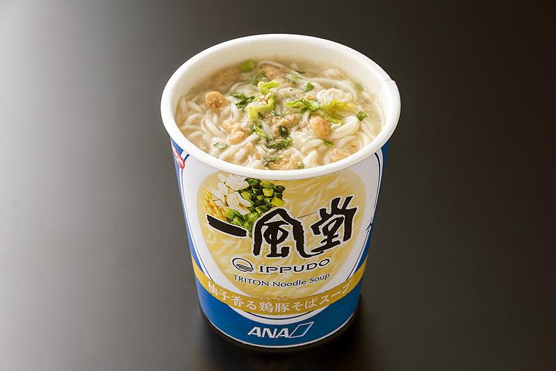 3種類目の一風堂監修メニューとして「プレミアムエコノミー」で提供される「柚子香る鶏豚そばスープ」