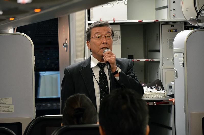 機内で挨拶するスターフライヤーの松石禎己社長