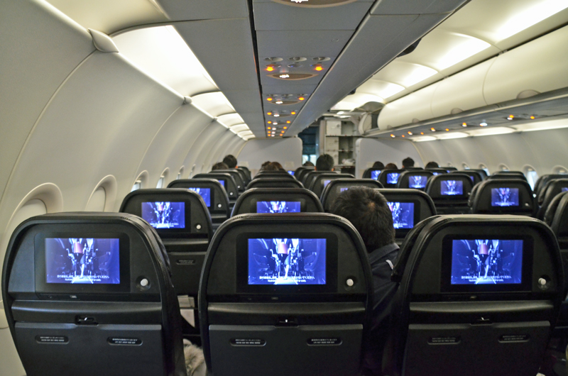 今回の機内安全ビデオのお披露目は格納庫に駐機されている機体の中で行われた