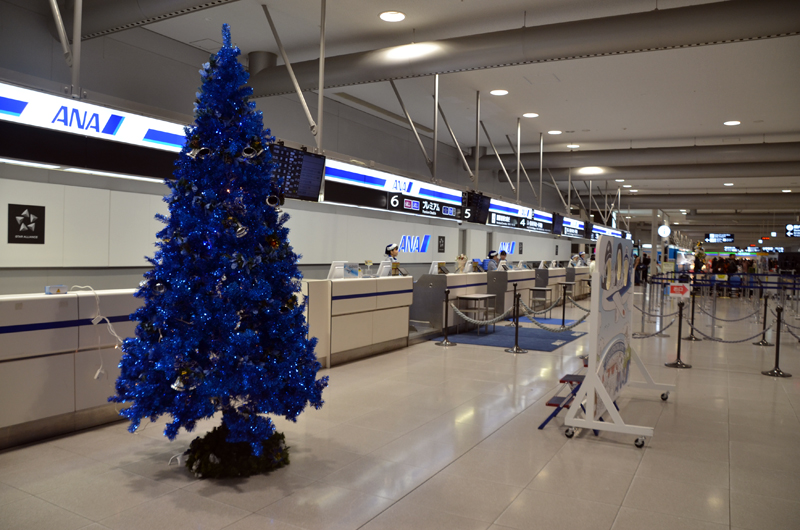 関西空港国内線チェックインカウンターにもクリスマスツリー