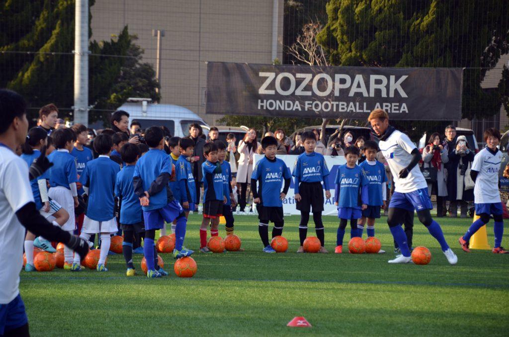 小学生にサッカーの指導をする本田圭佑選手
