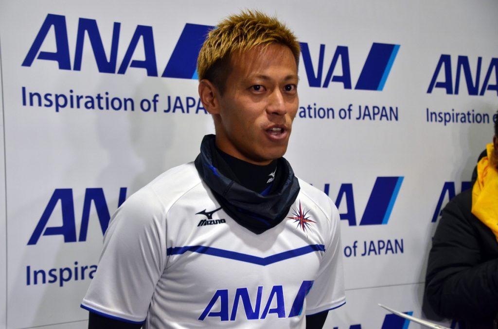 メディアからの囲み取材に答える本田圭佑選手。CFパチューカ、そして日本代表としてのロシアワールドカップでの活躍に期待したい