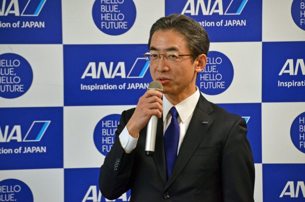 純粋なブルーのネクタイ姿で登場したANAの平子祐忘社長