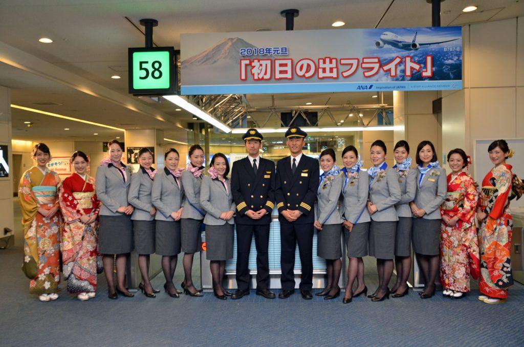 ANAの初日の出フライトANA2018便は、朝5時31分に羽田空港を出発し、朝6時45分頃に初日の出を迎えた。初日の出を拝んだ後、7時49分に羽田空港に着陸した