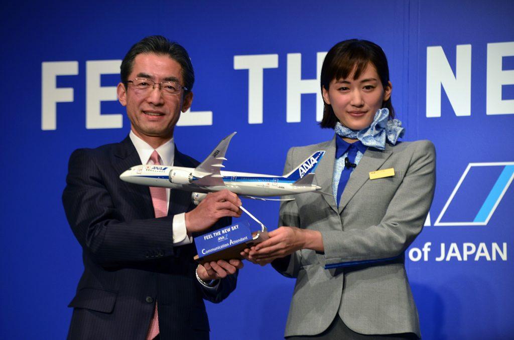 就任式で認定オブジェがANA平子社長より綾瀬はるかさんに授与された