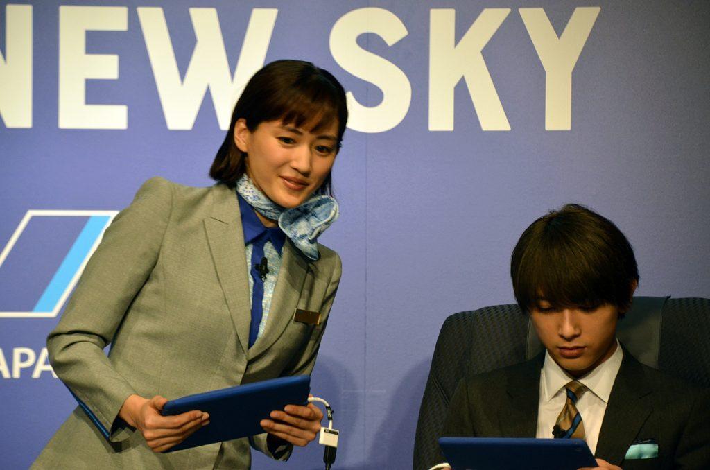 綾瀬はるかさんがタブレットを使って吉沢亮さんにレクチャー