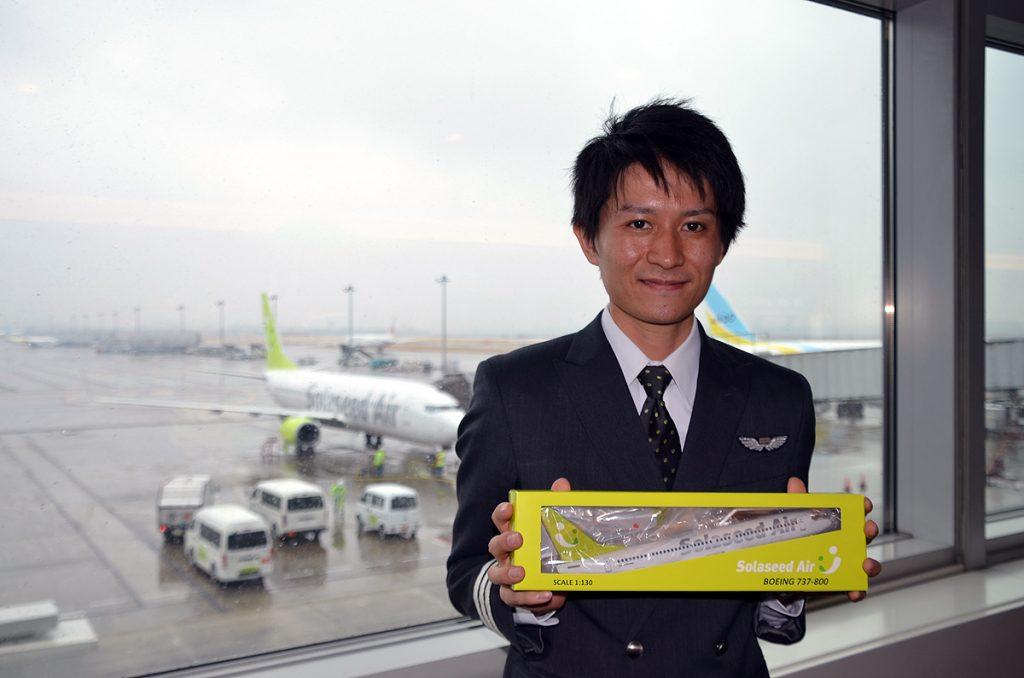 2等の商品「モデルプレーン」を持つソラシドエアのパイロット