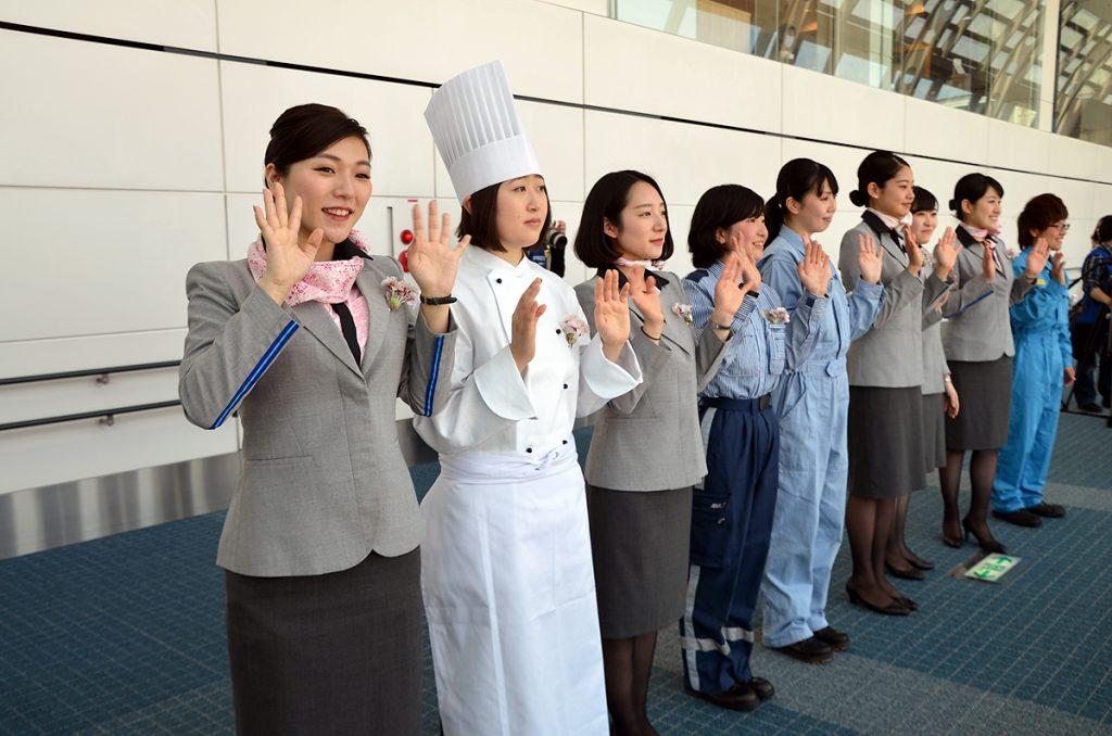 ターミナル側からもANA女性スタッフが手を振ってお見送り
