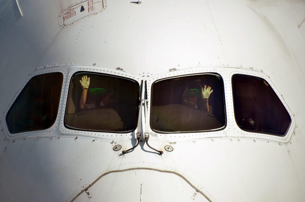 女性パイロットも笑顔でターミナル側に手を振ってくれた