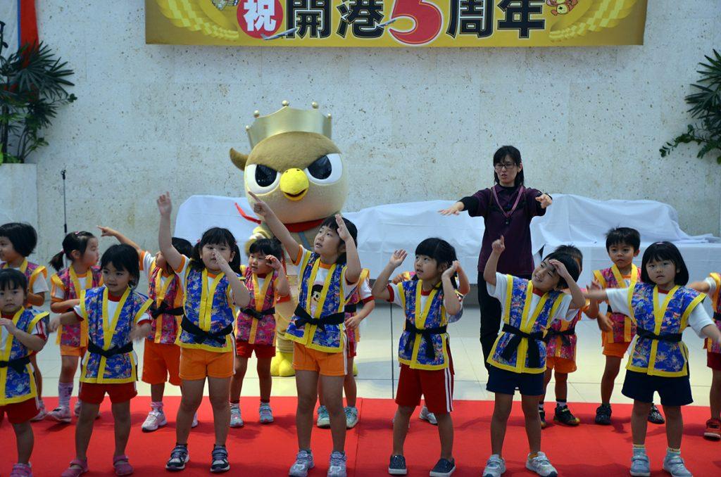 石垣市の登野城保育所の園児が新石垣空港PRソング「おかえり南ぬ島」を踊った
