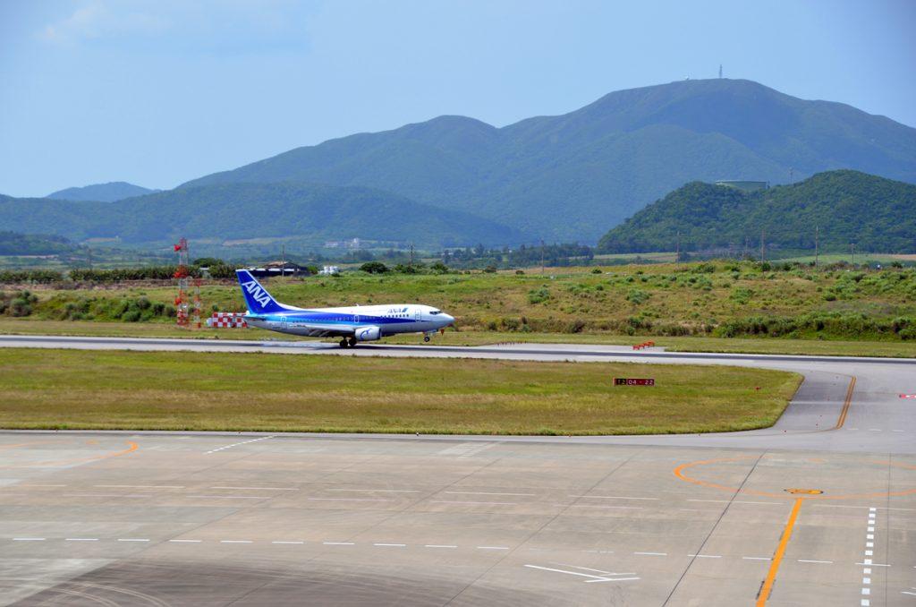 石垣空港に着陸する福岡からの通年運航初便のANA1869便