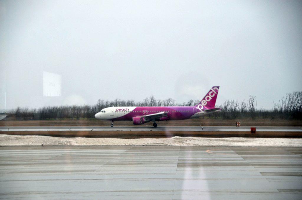 新潟空港に着陸した関西空港からのピーチ初便