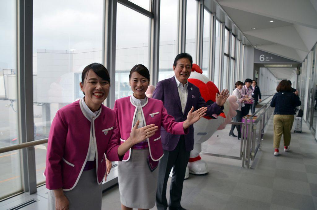 ピーチ恒例のハイタッチで関西空港へ向かうお客様をお見送り