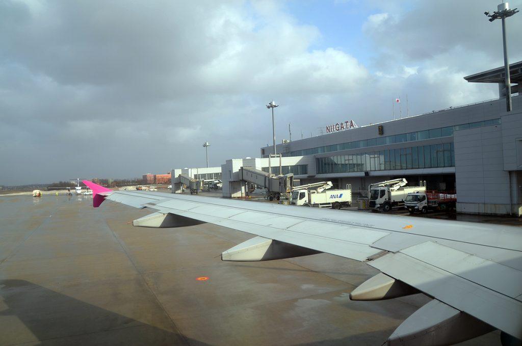 強風の影響で新潟空港を定刻より約2時間遅れで出発