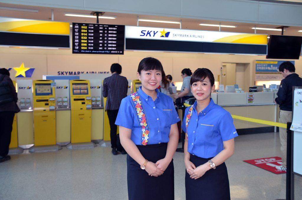 かりゆしウェアを着用したスカイマークの那覇空港地上スタッフ