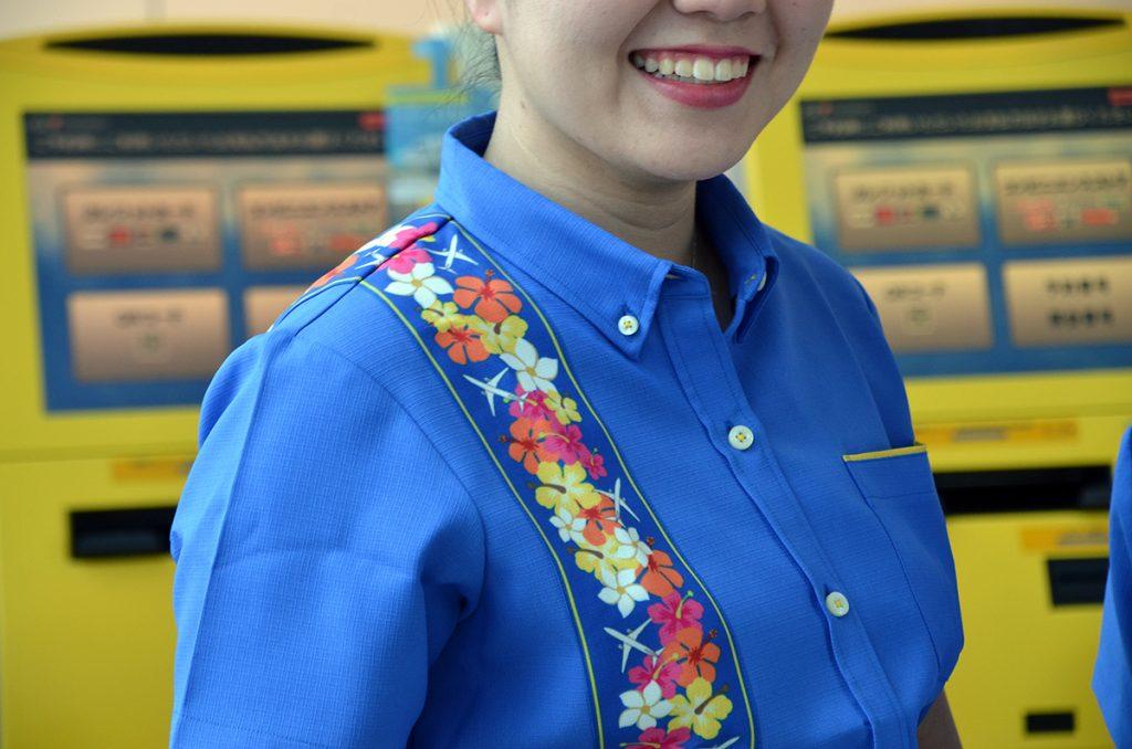 沖縄の海とスカイマークカラーの青と黄色を配置し、飛行機も描かれている