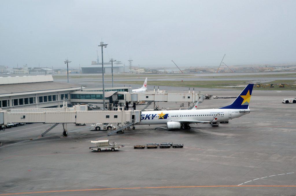 那覇空港に駐機するスカイマークのボーイング737-800型機