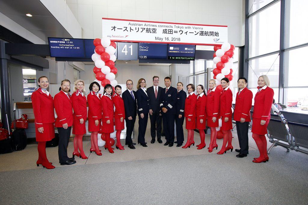 成田空港第1ターミナル南ウイングの41番ゲート前で同便に乗務するクルーの記念撮影(写真提供:オーストリア航空 トップ写真を含む)